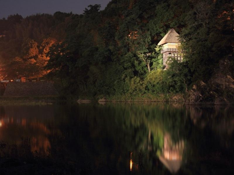 臥龍山荘夜間画像