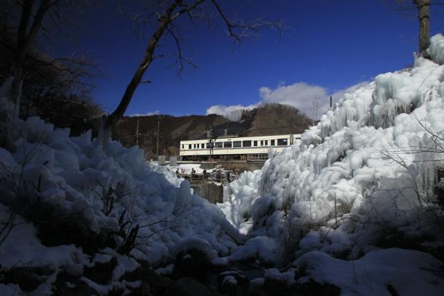 氷柱と電車画像