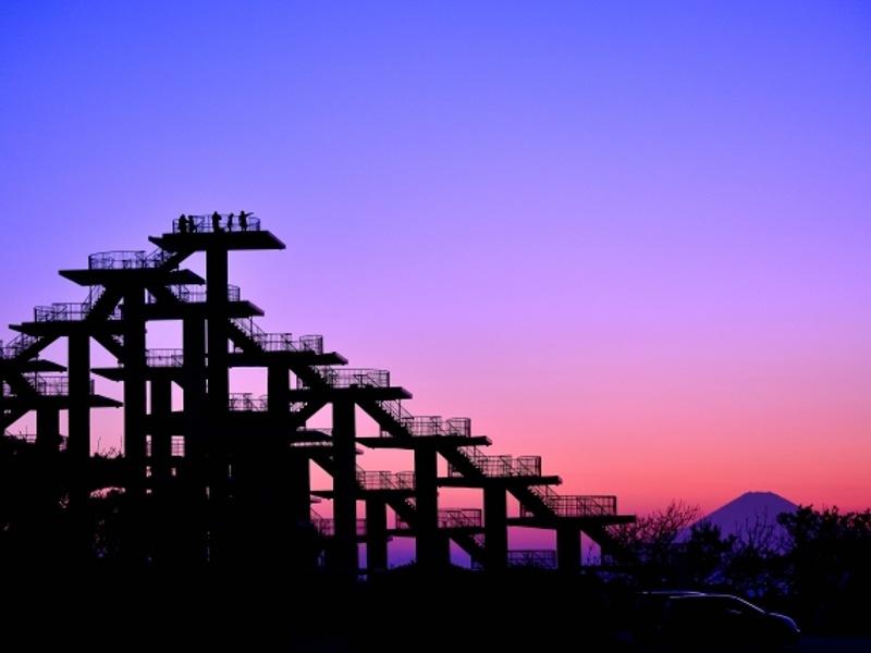 明治百年記念展望塔と夕闇と富士山画像