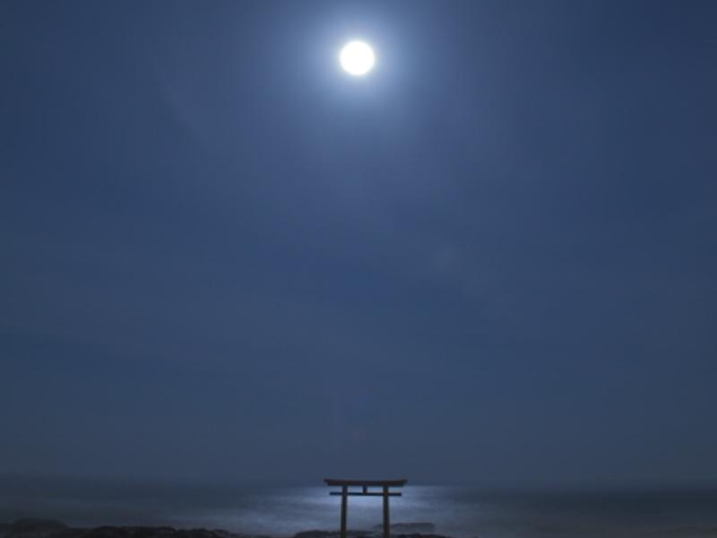月と神磯の鳥居画像