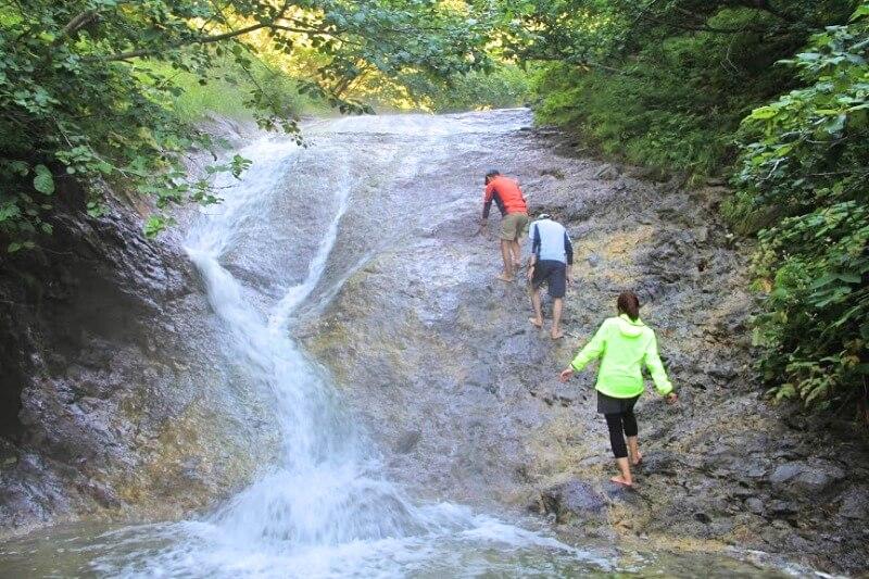 カムイワッカ湯の滝_001(斜里町観光協会提供)