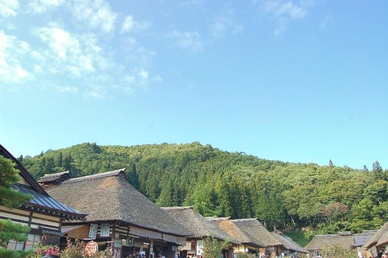 大内宿_茅葺き屋根と山