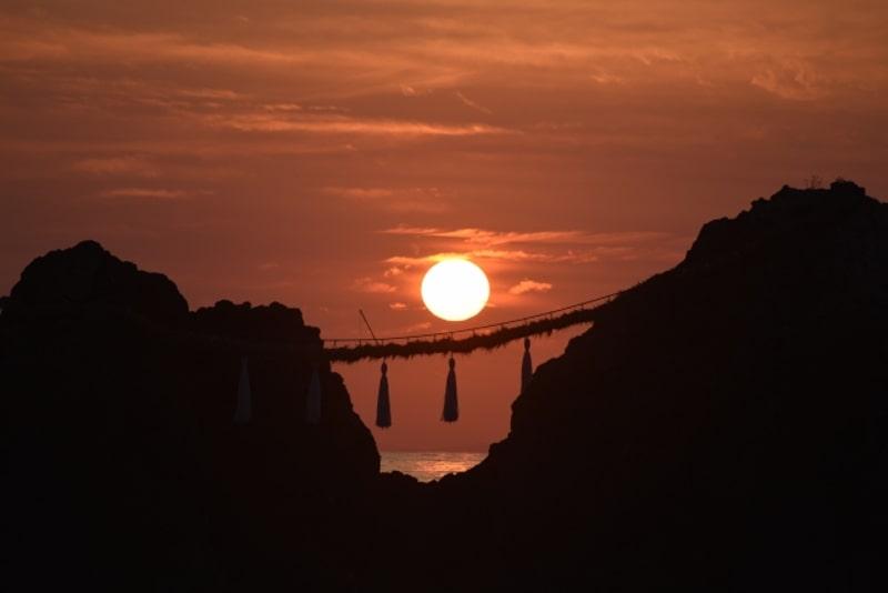 夫婦岩と夕日(糸島)