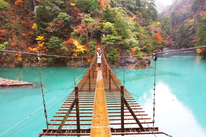 寸又峡の吊り橋と紅葉